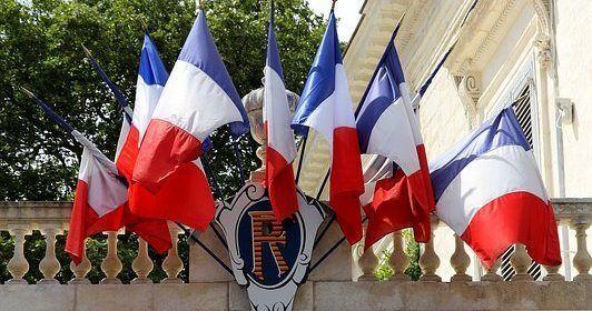 """Protestan en París contra políticas """"brutales"""" de Macron"""