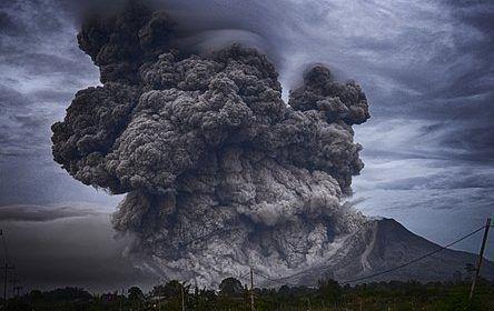 Una impresionante lengua de lava engulle un coche en Hawái