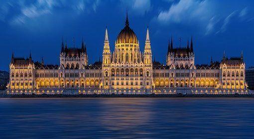 El Parlamento húngaro aprueba la ley que criminaliza ayudar inmigrantes irregulares