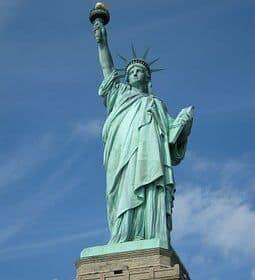 Mujer anti-Trump escala la Estatua de la Libertad