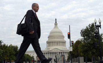 Trump cancela aumentos salariales a trabajadores federales