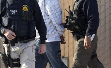 Los medios se sorprenden cuando ICE arresta a inmigrante ilegal. Despues descubren que es buscado por asesinato.