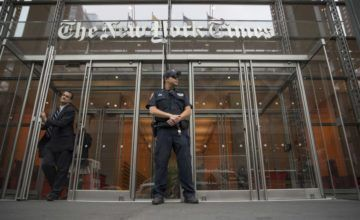 Sarah Jeong del New York Times envió twitts contra la policia y los hombres.