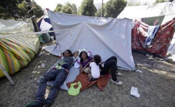 Venezolanos desesperados desafían reglas de Ecuador sobre pasaportes y cruzan frontera