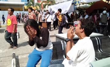 Poderosos terremotos hacen temblar a Sulawesi en Indonesia, destruyendo casas