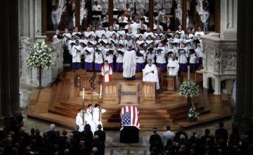 Meghan McCain rinde homenaje a su padre en su funeral y desliza críticas a Trump