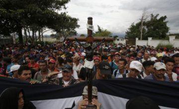 Miles de migrantes permanecen varados en frontera sur de México, crece presión por regresarlos a casa