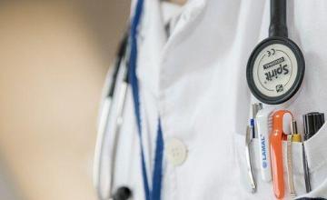 Médicos cubanos obligados a responder en Twitter a críticas a la misión en Ecuador