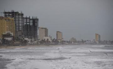 Miles de personas son evacuadas en México ante llegada del huracán Willa