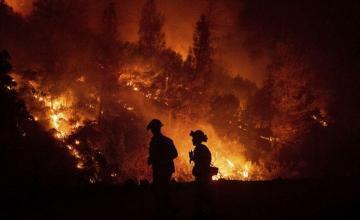 Vientos entorpecen labores de bomberos en California
