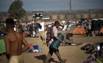 Empapados por la lluvia, inmigrantes centroamericanos inician huelga de hambre en frontera EEUU