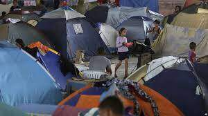 Migrantes venezolanos son reubicados en un campamento en Bogotá entre protestas