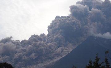 Guatemala evacua 4,000 personas por nueva erupción de volcán Fuego