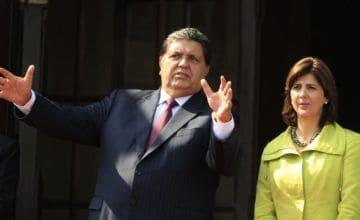 Piden prohibir salida de Perú de Alan García por Odebrecht