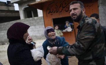 Convoy de ayuda humanitaria llega a campamento en Siria