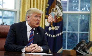 """Trump habla de un éxito """"tremendo"""" pese a perder el control de una cámara"""