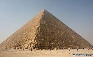 Al menos dos muertos y 14 heridos en una explosión en bus turístico cerca de las pirámides de Guiza (Egipto)