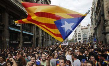 Cargas y detenciones marcan las protestas contra el Gobierno en Barcelona