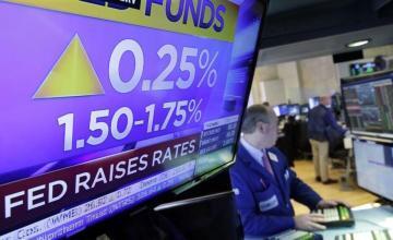 """Trump vuelve a la carga contra Fed por """"siquiera considerar"""" alza de tasas"""
