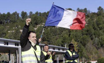 Francia demorará subida de impuestos ante protestas