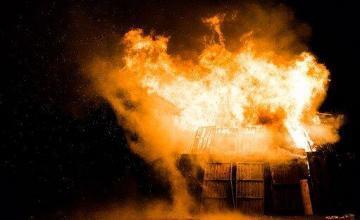 Fuego destruye auto fuera de una casa de Hialeah