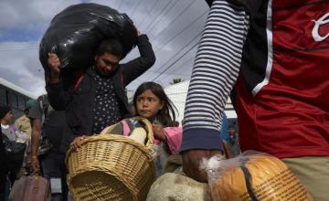Caravana de migrantes llega a nuevo refugio en frontera mexicana forzada por fuertes lluvias