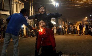 """""""Miss Inflación"""" reina en tradicional quema del Año Viejo en Venezuela"""
