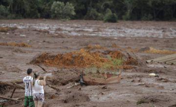 Suspenden búsquedas tras el colapso de presa en Brasil