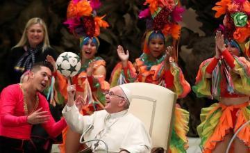 Continúan los memes del Papa y su malabar con el Circo de Cuba: ahora con la piedra de Fidel Castro