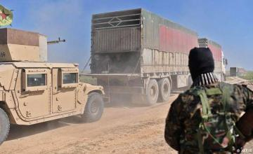 Decenas de camiones con civiles salen del último reducto del EI en este de Siria