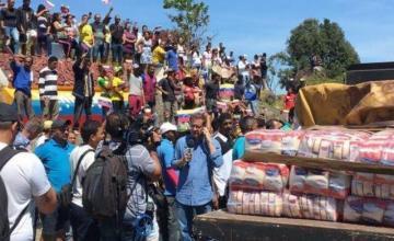 Ayuda humanitaria comienza a entrar a Venezuela desde Brasil; choques en frontera con Colombia
