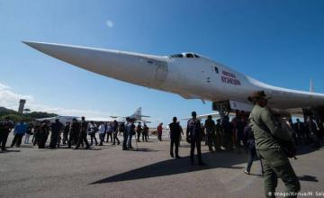 Avión ruso aún permanece en Venezuela tras haber llevado a unos 100 militares