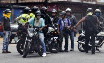 Colectivos chavistas atacaron vehículo en el que se movilizaba Guaidó