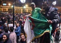 Argelinos vuelven a la calle, crece malestar hacia líderes