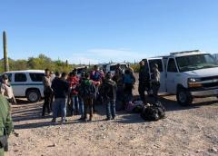 Video muestra a hombres con armas largas en pleno tráfico humano en frontera
