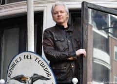 Varios policías sacaron a Assange por la fuerza y esposado de la embajada