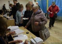 Ucranianos votan en busca de grandes cambios, comediante es favorito para ganar la presidencia