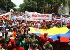 El chavismo tiñe rojas las calles y Guaidó responde con una tímida concentración