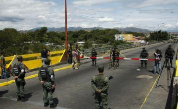 Centenares de venezolanos rompen el bloqueo en el principal puente con Colombia