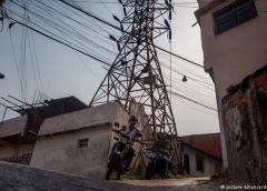 En el interior de Venezuela los apagones persisten, su capital está con luz