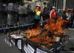 Candidatos presidenciales opositores marchan contra corte electoral en Bolivia