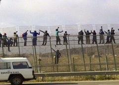Medio centenar de migrantes irrumpe en el enclave español de Melilla