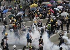 Manifestantes de Hong Kong y policía se enfrentan en protesta contra comerciantes chinos