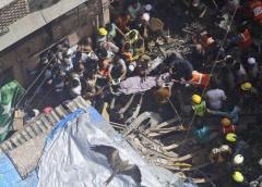 Más de 30 personas podrían estar atrapadas al derrumbarse un edificio en Mumbai