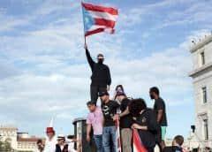 Policía de Puerto Rico carga contra un grupo de manifestantes tras protesta