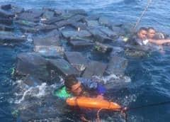 Rescatan a tres náufragos aferrados a paquetes con 1.2 toneladas de cocaína