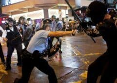 Hong Kong: La policía está rociando a los manifestantes con un spray azul para marcarlos