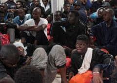 Detienen a 2 presuntos traficantes a bordo del Ocean Viking