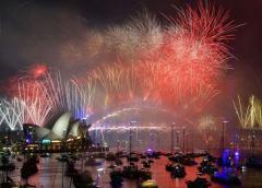 El mundo recibe al año nuevo en medio de incendios forestales y protestas
