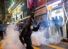 Manifestantes de Hong Kong dirigen tercer día de protestas en Navidad en centros comerciales